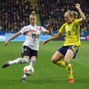 Tysklands Giulia Gwinn i en duell med Sveriges Magdalena Eriksson.