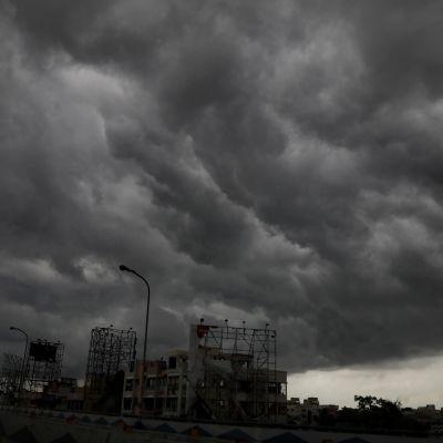 Väldiga svarta moln tornar över byggnader