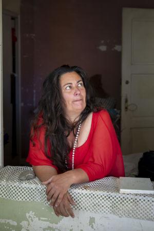 Maria Neves fotograferad vid ingången till rummet hon hyrt i centrum av Lissabon. Nu har de övriga hyresgästerna i lägenheten flyttat ut och Maria bor tillsvidare ensam kvar.