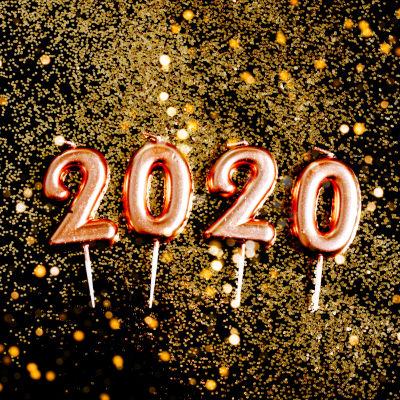 Ballonger med texten 2020 på glittrig bakgrund