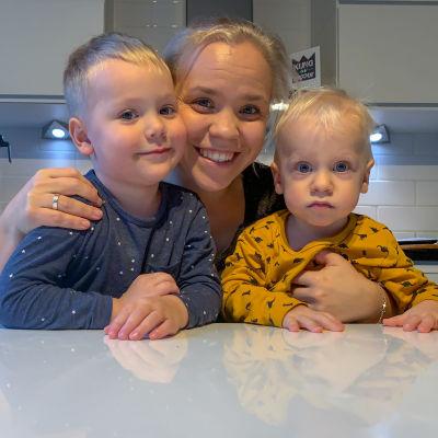 Alexandra Vuokkovaara med sina barn.