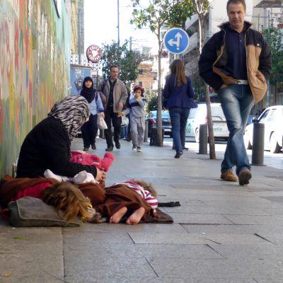 I centrum av Beirut stöter man på många syriska tiggare, Fatima är en av dem.