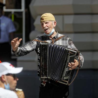 Katusoittaja soittaa hanuria ja laulaa Moskovassa.