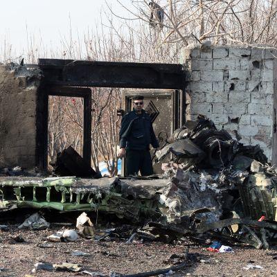 Iranilainen poliisi vartioi ukrainalaisen matkustajakoneen onnettomuuspaikkaa keskiviikkona Teheranin kupeessa.
