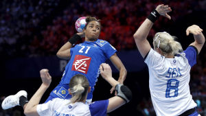 Estelle Nze Minko stiger högt upp i finalen mot Ryssland.