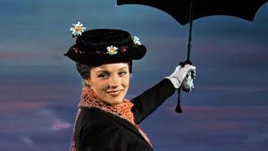 Mary Poppins kommer flygande med sitt paraply.
