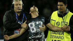 En man stormade spelplan för att ta bilder med Cristiano Ronalo efter EM-matchen mellan Portugal och Österrike.