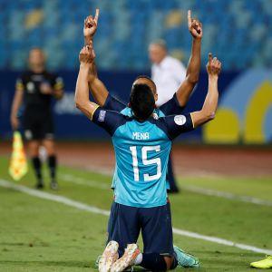 Angel Mena juhlii maalia joukkuetoverin kanssa.