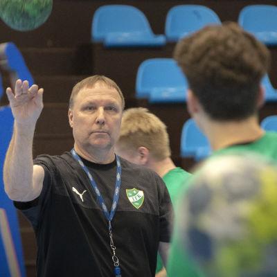 Mikael Källman ger instruktioner.