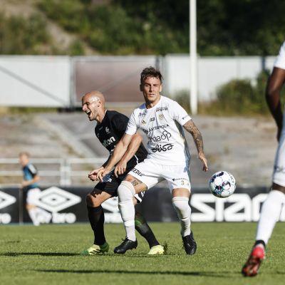 Javier Hervas ja Sebastien Arciero miesten jalkapallon Veikkausliigan ottelussa FC Lahti vs SJK 4. heinäkuuta 2021 Lahdessa.