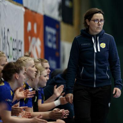 Birgitta Lindholm vid Kyrkslätts bänk under bronskampen 2021.
