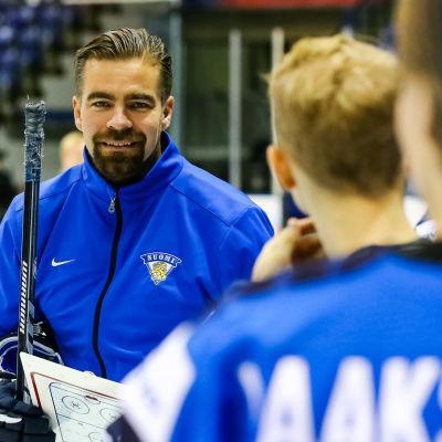 Jussi Ahokas tränar Finlands herrjuniorlandslag i ishockey.