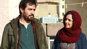 Rani och Emad ser förälskade ut där de står i trappuppgången i sitt nya hus.