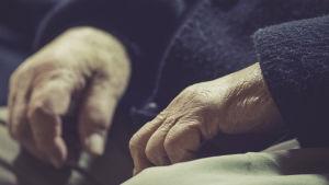 En äldre mans händer