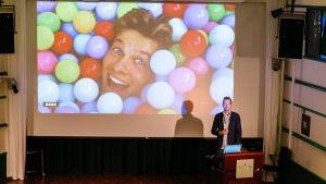 Lars Damgaard Nielsen, DR, kertoo yhtiön palkanneen Snapchat-juontajan X Factor -tuotantoon