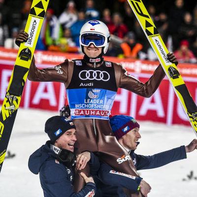 Kamil Stoch firar med sina lagkompisar i Bischofshofen.