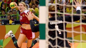 Vladlena Bobrovnikova kastar bollen mot Kari Aalvik Grimsbø.