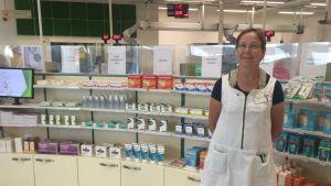 Apotekaren Eeva Teräsalmi inne på sitt apotek i Nurmijärvi.