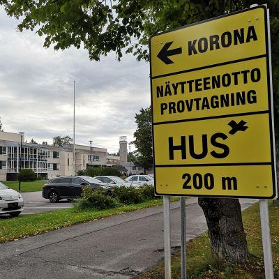 Skylt utanför Hangö hälsocentral där det står att man kan coronatesta sig.
