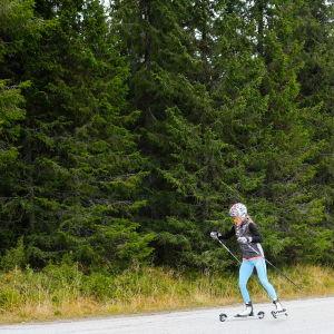 Therese Johaug åker rullskidor.