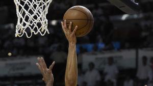 Charlotte Hornets Courtney Lee (till höger) och Miami Heats Dwyane Wade.