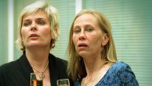 Pirkko Hämäläinen ja Kati Outinen Irmelin ja Päivin roolissa komediassa Irmeli ja Päivi Mukkulassa vuodelta 2002.