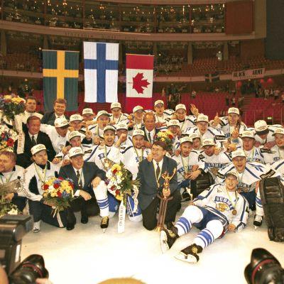 Suomen jääkiekkomaajoukkue voittoisana vuonna 1995.