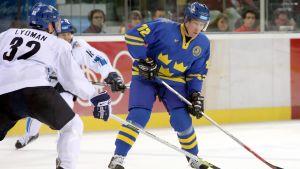 Jörgen Jönsson med pucken mot Finland.