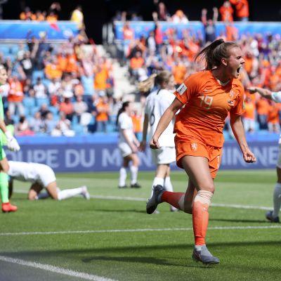 Hollanti selvisi dramaattiseen voittoon
