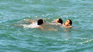 En simmare räddas från drunkning i havet utanför Rio de Janeiro.