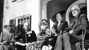 Svartvit bild av den norska kungligheternas besök hos Franklin D Roosevelt 30 april 1939.