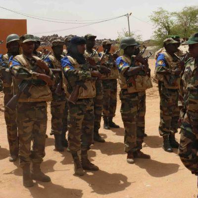 Malis premiärminister Moussa Mara sökte skydd i en militärbas i Kidal den 17 maj 2014.