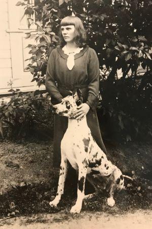 Ung Maria Åkerblom med hund.