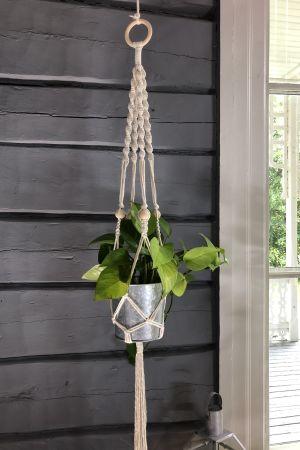 makraméampel som hänger bredvid ett fönster