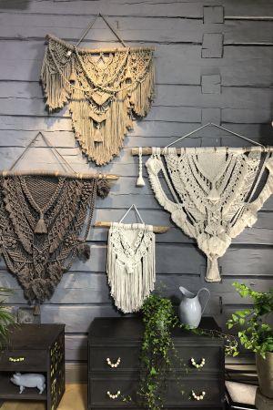 Flera makraméarbeten som hänger på en vägg