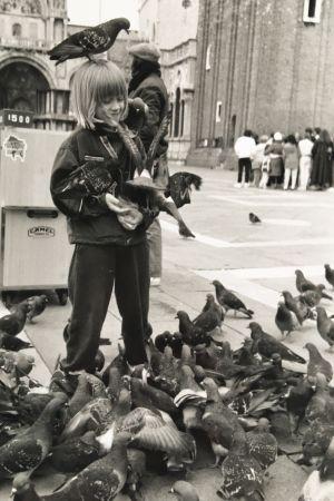 Otto Gabrielsson som litet barn med massa duvor på ett torg