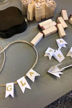 klippta pappersvimplar med tryckta bokstäver