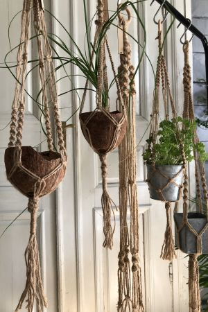 makraméamplar som hänger på rad