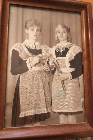 Bild på Tanja Ljungqvist (till höger) tillsammans med sin barndomsvän när de är 16 år gamla. Tanja och vännen håller fortfarande kontakt.