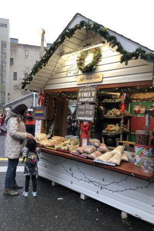 Mor och dotter köper popcorn vid julmarknad i Brooklyn.