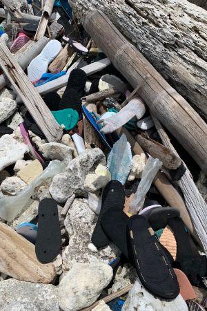 Jasper Pääkkösen kuva rannalla lojuvista muoviroskista ja sandaaleista
