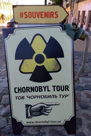 Skylt i Kiev som lockar med guidad tur till Tjernobylområdet.