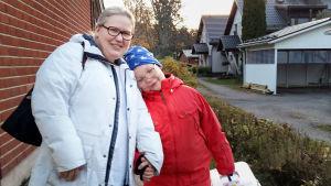 Omaishoitaja Monica Björkell-Ruhl ja poika Mikael Ruhl kotipihalla