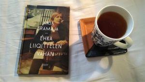 Anja Erämajan runoteos Ehkä liioittelen vähän pöydäklä kahvikupin vieressä