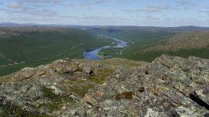 Suomen ja Norjan rajajoki Teno tunturista kuvattuna kesällä.