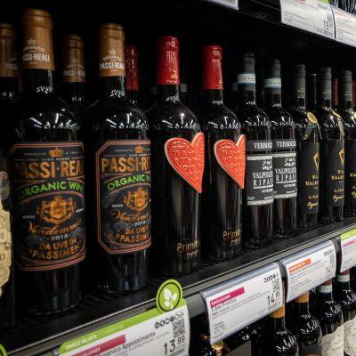 Viinipulloja hyllyllä Tesoman Alkossa