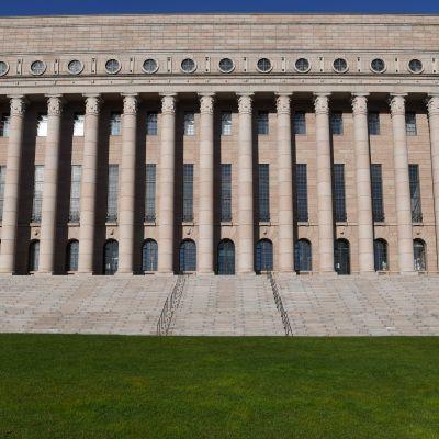 Riksdagshusets  i Helsingfors fotograferat nerifrån i i maj 2021.