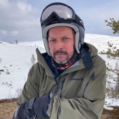 Lapland Hotels Pallaksen hotelli- ja ravintolapäällikkö Janne Oja laskettelukypärä päässä ja suojalasit otsalla. Taustalla luminen Pallaksen maisema.