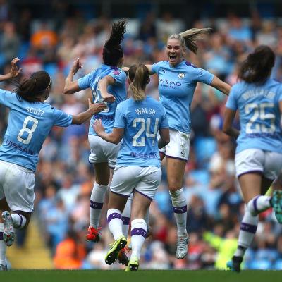 Manchester Citys damer jublar.