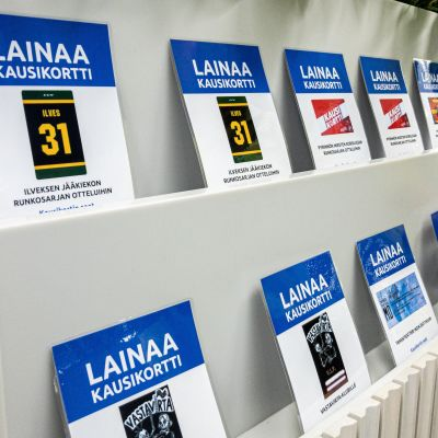 Kausikortteja Tampereen pääkirjasto Metson aulassa.